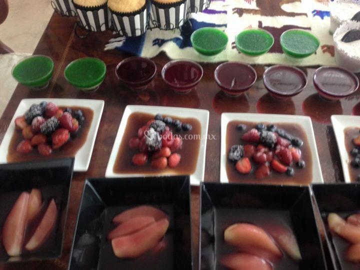 Frutos rojos en jarabe de café