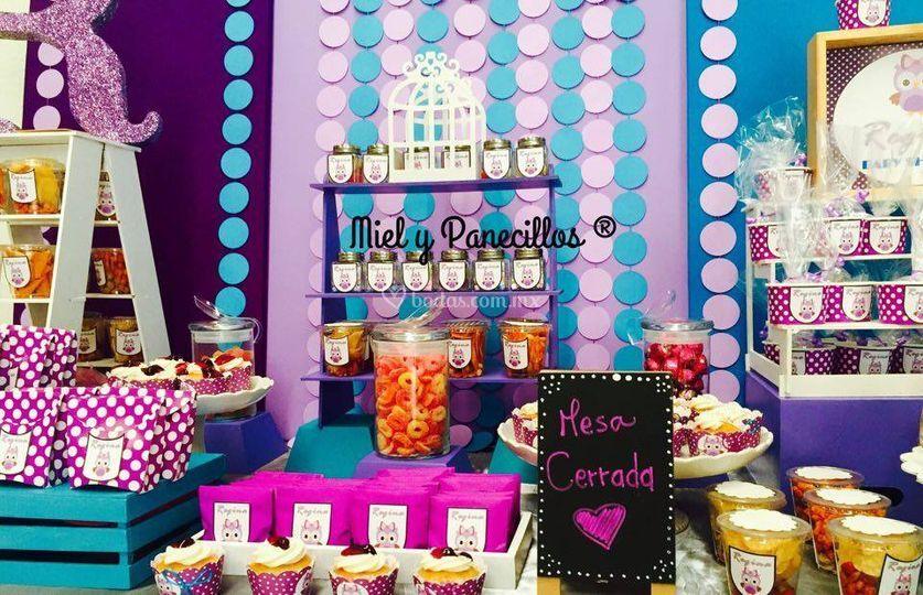 Mesa de dulces, botanas y cupcakes