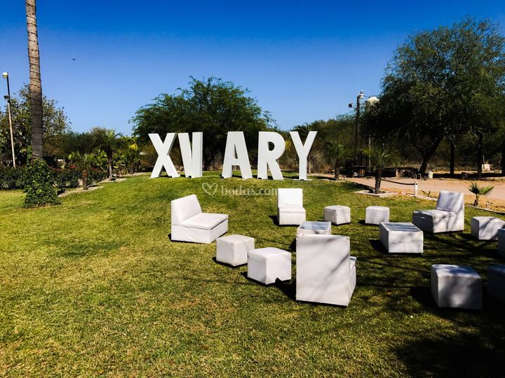 Sala Lounge y letras gigantes