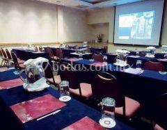 Salón de eventos con proyección multimedia