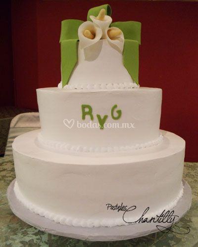Pastel de boda con alcatraces y moños de dulce