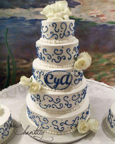 Pastel con espirales azules y rosas blancas