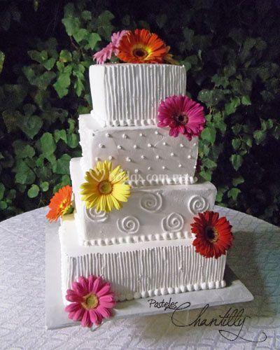 Pastel de boda en jardin con gerberas
