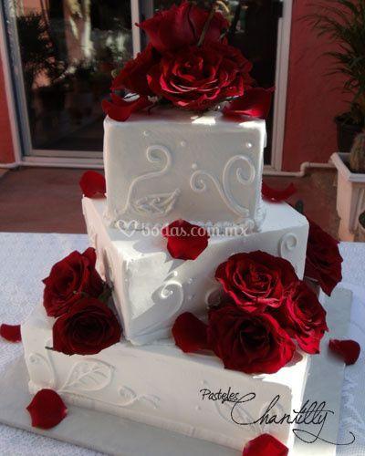 Pastel de boda en chantilly con rosas naturales
