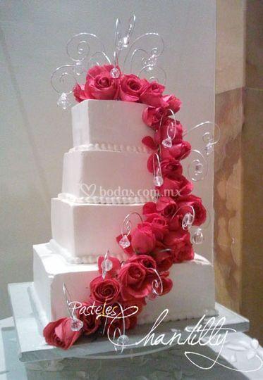 Pastel con cascada de rosas