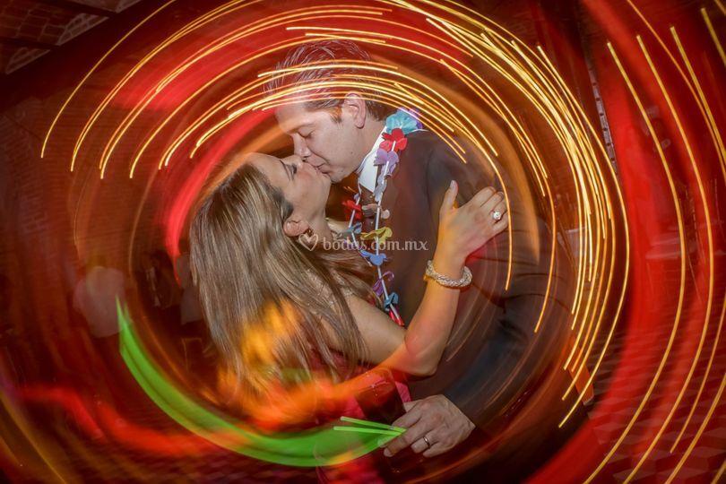 Beso en fiesta
