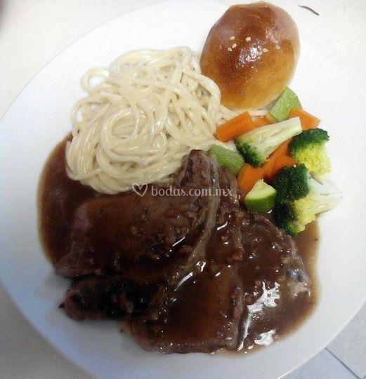 Carne, pasta y verduras