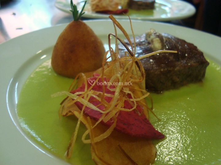 Filete relleno y salsa aguacate
