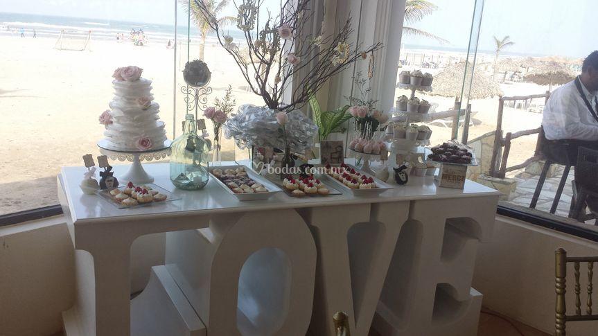 Mesa montada con un pastel
