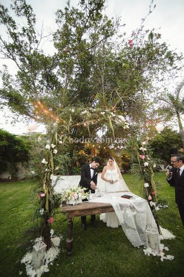 Ceremonia religiosa y altar