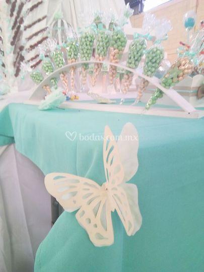 Mesa de dulces con tema de mariposas