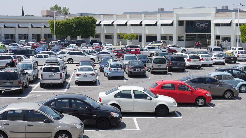 Amplio estacionamiento.
