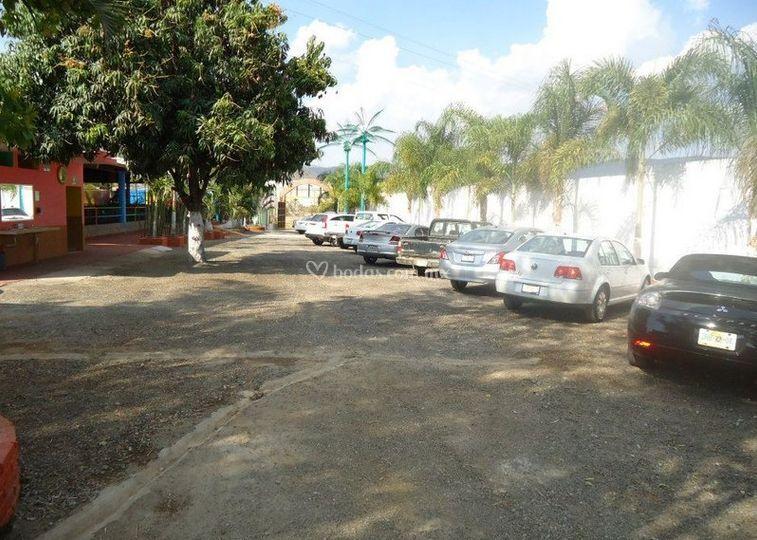 Amplio estacionamiento