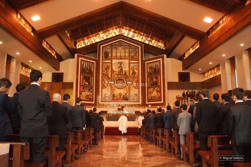 Antes de ingresar a la iglesia