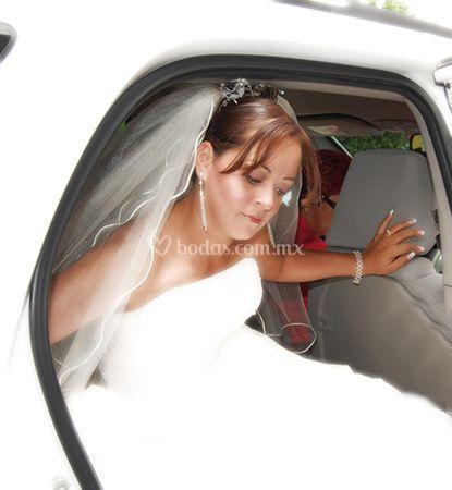La novia saliendo del carro