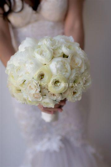 Ranunculus, mini rosas, peonia