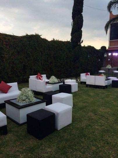 Jardín con salas lounge