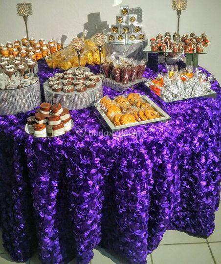 Mesa de dulces en morado