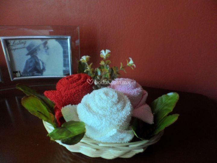 Canasta de flores de toallas