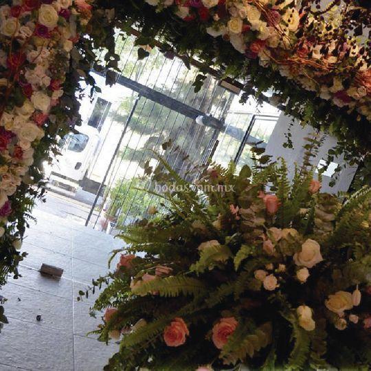 Marco floral y columna