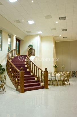 Escalera majestuosa y amplia decorada a su elección