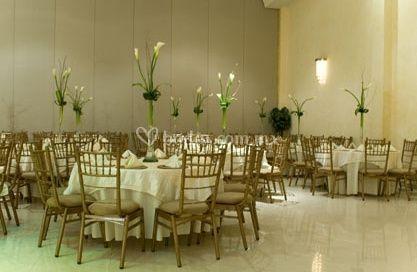 Mesas para invitados con centros de mesa altos
