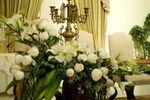 Mesa de novios al centro del salón con arreglo floral
