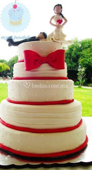 Pastel de boda con novios
