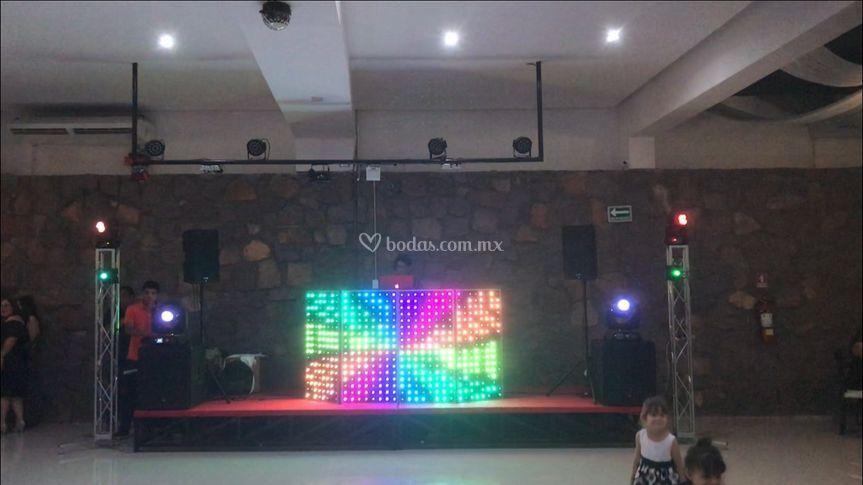 DJ con luces robtóticas