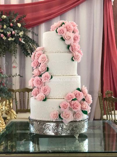 Pastel con rosas de fondant