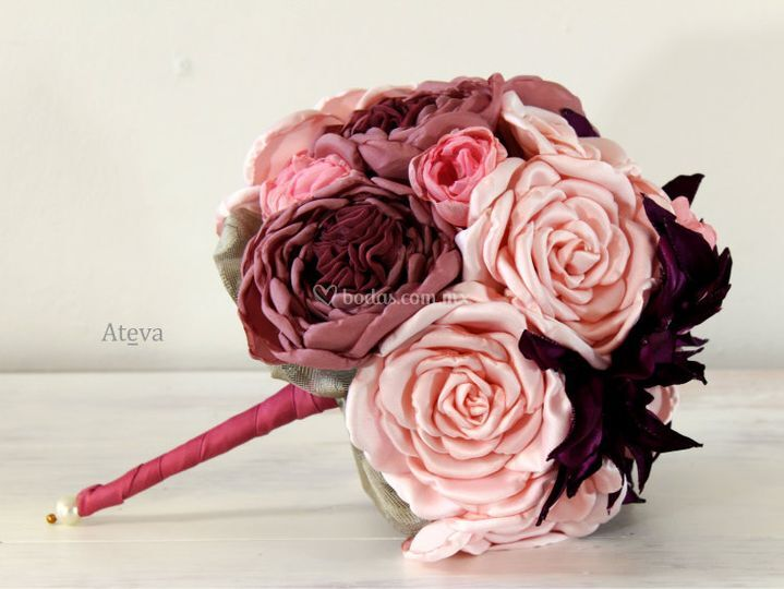 Con rosas y dahlias