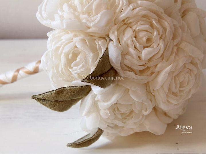Clásico ramo blanco de peonia