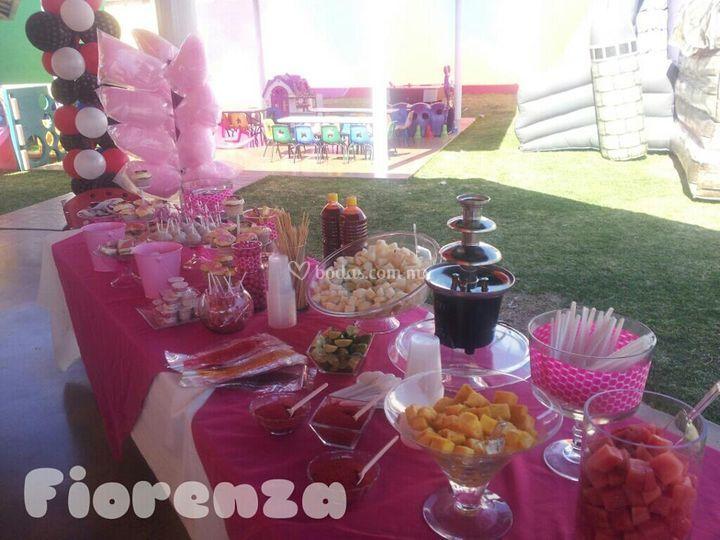 Postres dulces y fuente chamoy