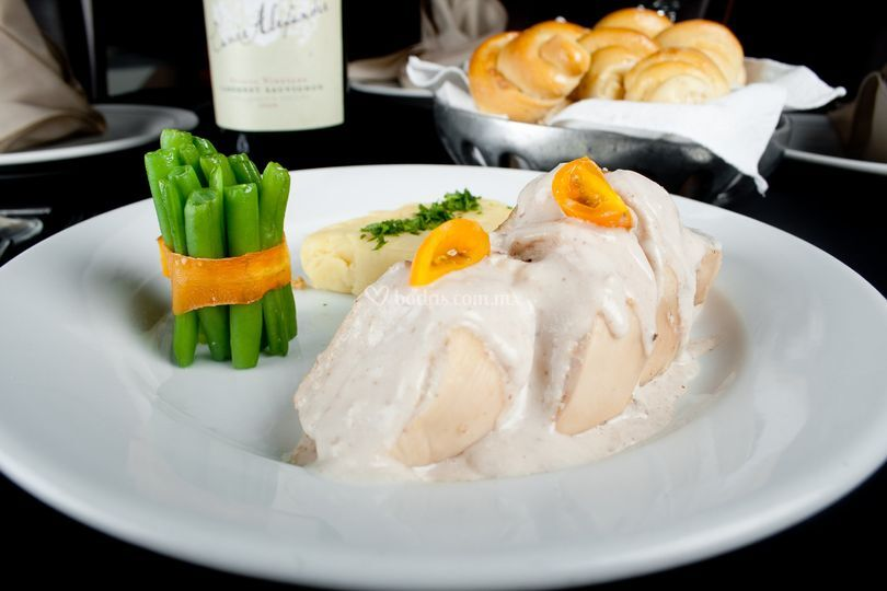 Pechuga de pollo en nogada
