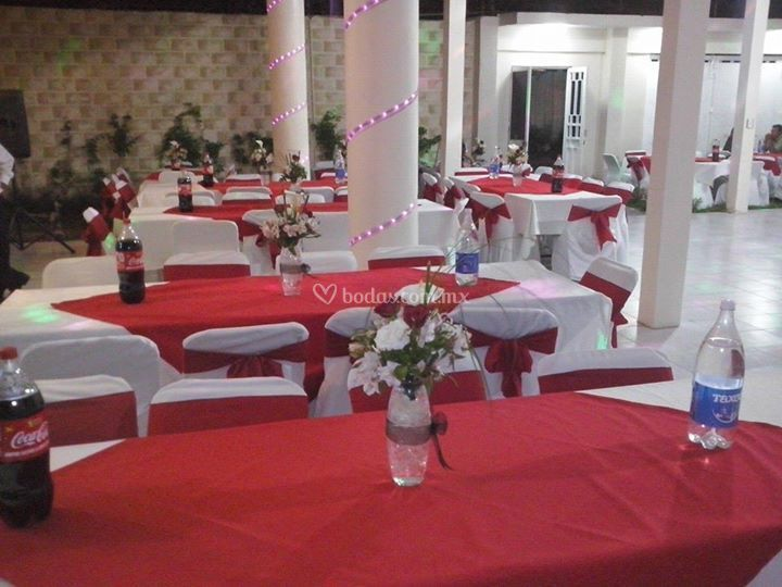 Salón decorado de rojo