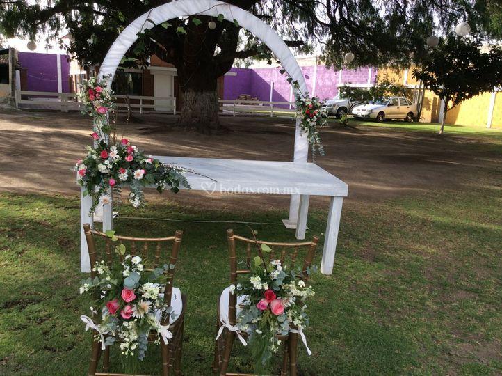 Decoraci n floral sillas de villa del sol jard n caba as for Cabanas para jardin