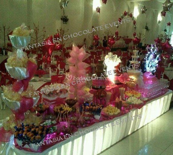 Mesa de dulces con fuente