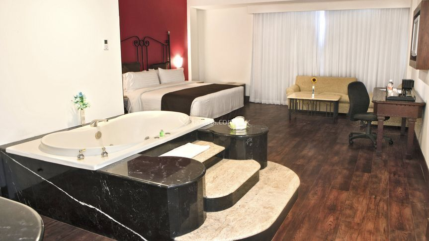 Master suite con jacuzzi de holiday inn suites for Hotel jacuzzi 13