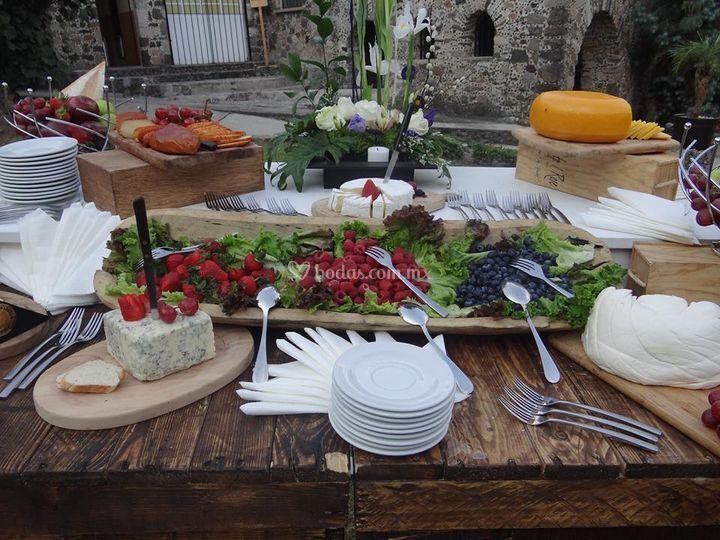 Mesa de quesos y carnes frías