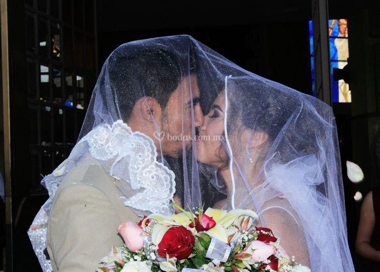 Primer beso siendo esposos