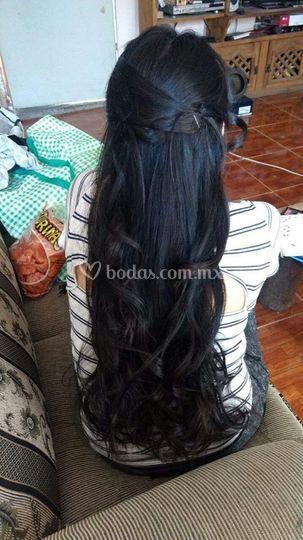 Peinado en cabello largo.