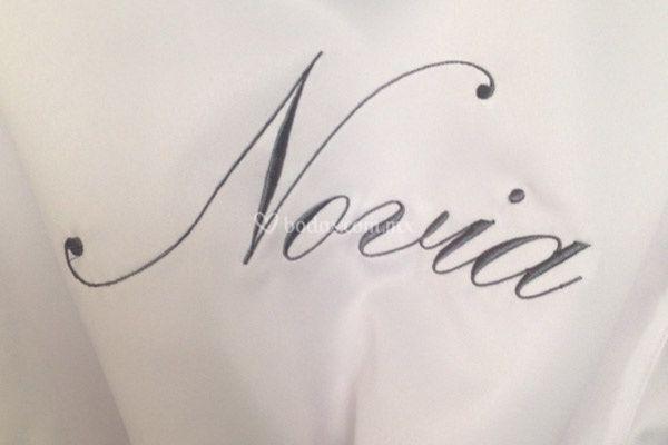 """Bordado """"Novia"""" en gris perla"""