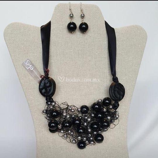 Collar negro elegante
