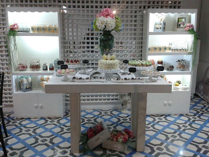 Mesa con roperitos y alfajores