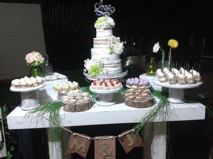 Mesa rútica con pastel naked