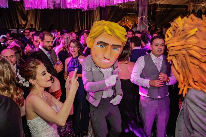 Hasta la novia les toma fotos