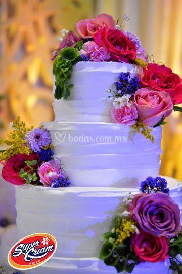 Pastel betún con flores natural