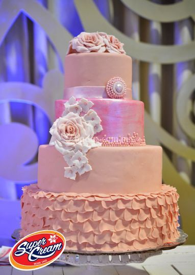Pastel de fondant en tono rosa