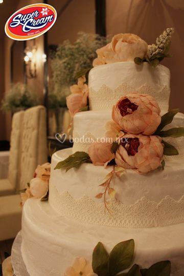 Pastel betún con flores