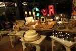 Mesa dulces y letras gigantes